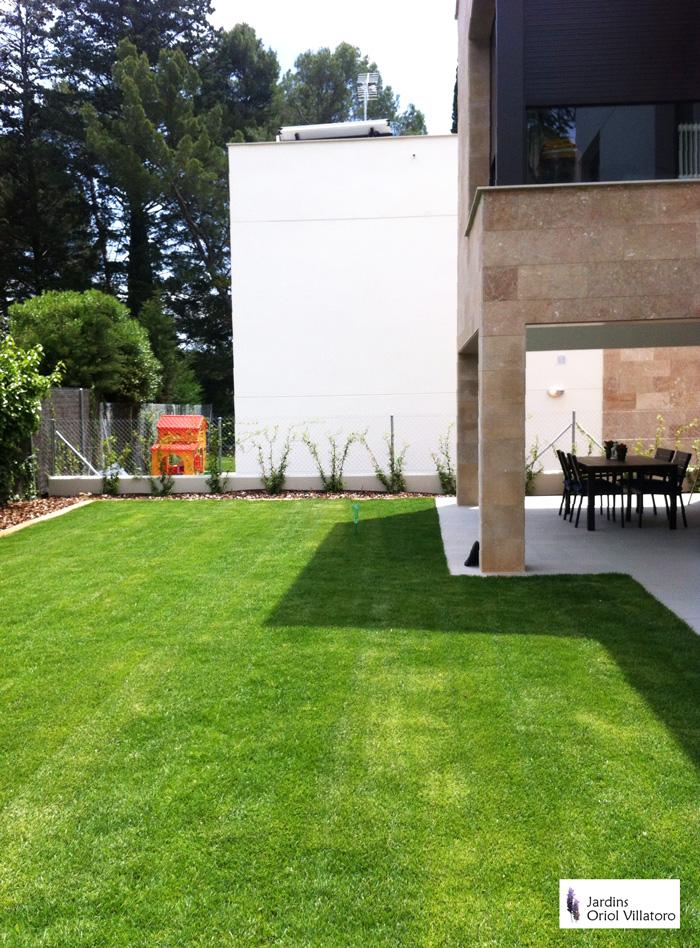 Creació de jardí amb pans de gespa natural